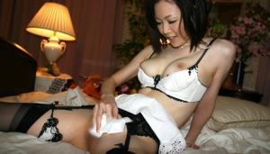 セックス後のまんこをティッシュ拭き取ってる姿って意外とエロくない?のサムネイル画像