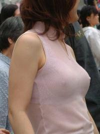 ノーブラ露出エロ画像59枚!乳首ビンビンな露出初心者の素人を街撮りのサムネイル画像