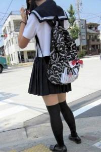 JKニーソエロ69連発!登下校中の制服女子校生を隠し撮りしたエロ画像まとめのサムネイル画像
