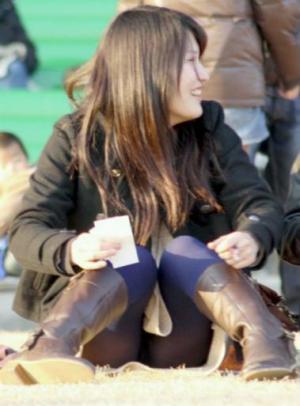 女の子がしゃがんだ時の股間の膨らみがエロ過ぎる件wwのサムネイル画像
