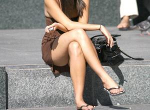 足組みパンチラエロ画像124枚!電車内や街中で脚組み女子を見ると興奮しない?のサムネイル画像