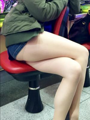 パチンコで隣に座るお姉さんの生足が盗撮されとるwのサムネイル画像