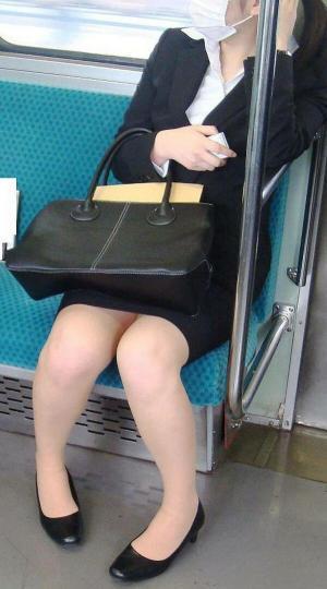 OL電車パンチラエロ画像108枚!対面に座ってる女のパンチラが気になって盗撮しちゃいました…のサムネイル画像