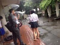 雨で濡れた白ブラウスから透ける下着やリアルな生肌がエロい!のサムネイル画像