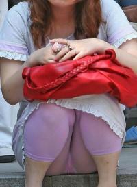 タイツやレギンスで油断したお姉さんを盗撮!パンツ透けてるよね?wwwのサムネイル画像