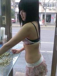 台湾名物!ビンロウ売りのエロい格好した美女たち!のサムネイル画像