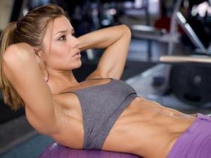 筋肉女子の美しい身体!割れる腹筋に目が奪われるのサムネイル画像