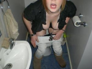 彼女がトイレ入ったしついていって写メ撮ったよwwwのサムネイル画像