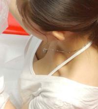 素人胸チラエロ画像39枚 店員やギャルの隙だらけな胸チラが眼福すぎる・・・!のサムネイル画像