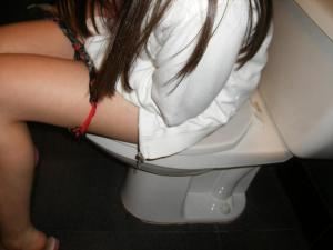 トイレに入ってる女を撮影。こんなプライベートな瞬間撮れるとか羨ましいwwwのサムネイル画像