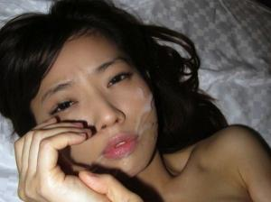 彼女の顔に気持ちよく顔射!素人カップルのプライベートエロ画像!のサムネイル画像
