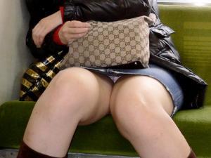 【電車 パンチラ】退屈な通勤時間をオナニータイムに変えてくれる電車対面座りパンチラのサムネイル画像