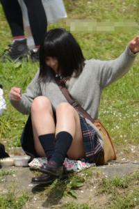 花見中のJKが不意にパンチラした瞬間を隠し撮り!?のサムネイル画像