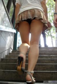 素人さんの逆さ撮り階段パンチラ画像51枚のサムネイル画像