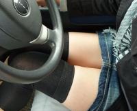 車内エロ画像71枚!座ってる女性の生ももやパンチラがエロくて運転に集中できない件wwwのサムネイル画像