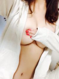 ノーブラでパーカーを着る美乳女神さまから微かに見えるビーチク!!のサムネイル画像