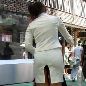 タイトスカートのスリッドから見え隠れする気品溢れるおパンツのサムネイル画像