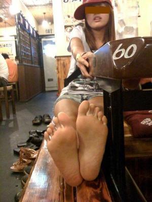足裏エロ画像141枚!JKやギャルの足裏がフェチにはたまらないのサムネイル画像