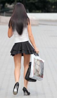 足の付根ギリギリのミニスカを履く美脚お姉さん!!のサムネイル画像