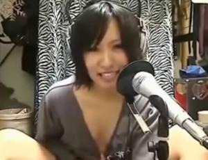浅尾美和似の美女がノーブラ+ブカブカのシャツ姿でえっ!!なにやってんの~wwのサムネイル画像