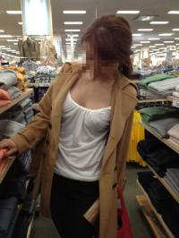 外出するときは必ずノーブラ透け乳首で外出する変態人妻!!のサムネイル画像