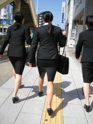 膝丈スカートスーツのピッタリ感がなんとも言えない卑猥感wwのサムネイル画像