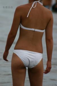 ケツの食い込み方が素晴らしい水着ギャルを後ろから盗撮!!のサムネイル画像