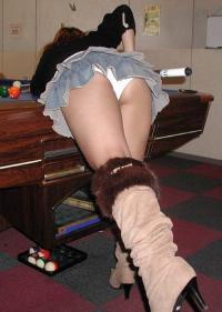 ビリヤードに夢中でパンツが丸出しなミニスカギャル!!のサムネイル画像