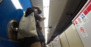 【駅 エロ画像】駅で見つけた長身で美脚すぎるJKのパンツを電車が来るまで盗撮してみた!のサムネイル画像