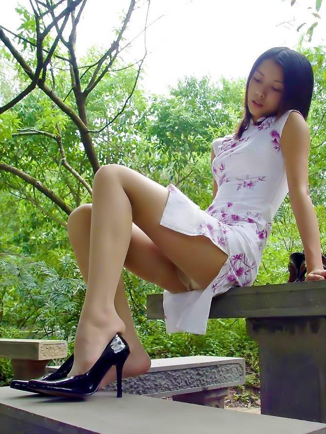 スリットから見える生足から目が離せないチャイナドレスエロ画像 | 素人エロ画像-女神ちゃんねる 表紙